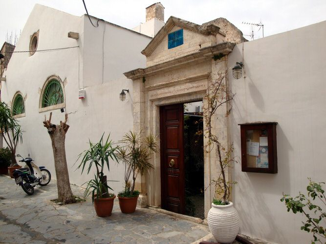 Guided visit of the Etz Hayyim Synagoge in Chania ...